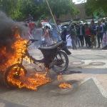 Tolak kenaikan BBM, Aktivis HMI Sumenep protes Jokowi dengan aksi pembakaran motor, Jum'at (21/11/2014) kemarin. (Foto:Ach.Qusyairi/ MaduraExpos.com)
