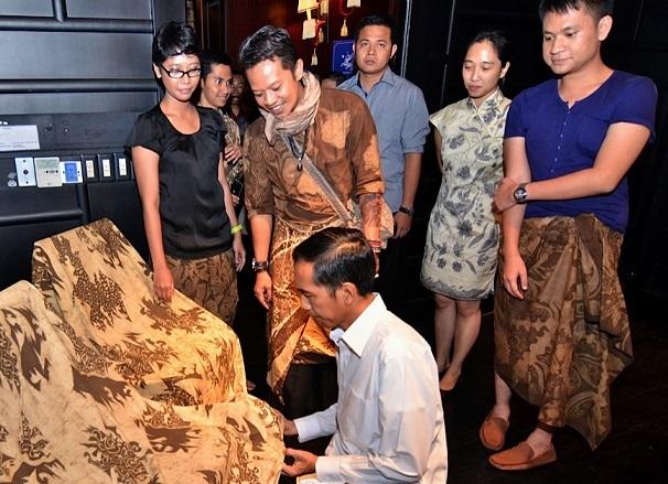 Turmidzi (memakai syal) menemani Jokowi saat meilhat karyanya ketika pembukaan Tugu Kunstkring Galeri Seni di Jalan Teuku Umar, Jakarta Pusat (Foto:Rahmatullah/Licom)
