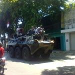 Warga Pamekasan Serbu Tank Perang Milik TNI Angkatan Darat