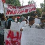 Mahasiswa Kepulauan Demo DPRD Sumenep menuntut kelayakan transportasi laut (Fer/MaduraExpose.com)
