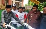 Bupati Busyro Serahkan 72 Hand Traktor