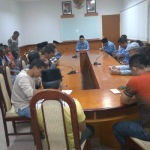 Bupati Sampang, Drs. K.A Fannan Hasib saat di datangi perwakilan warga dari enam kecamatan, menanyakan kejelasan Pilkades yang terancam molor. (Dok/MaduraExpose.com)