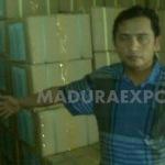 Junaidi Pelor, Ketua SCW saat menunjukkan buku DAK Disdik 2010 yang di diduga kuat sengaja di sembunyikan secara diam-diam oleh dinas terkait (Foto:Dok/MaduraExpose.com)