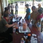 Pembagian bantuan PSKS oleh Kantor Pos di salah satu rumah Kepala Desa di Sampang (Dok/MaduraExpose.com)