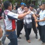 Unras Aktivis PMII Sampang Madura ricuh saat anggota Polres menghalangi mahasiswa masuk Kantor Bappeda (Dok/MaduraExpose.com)