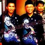 Didik pemilik hak cipta motif batik Labang Mesem saat foto bareng Bupati Sumenep A.Busyro Karim, beberapa waktu lalu di Sumenep (Dok/MaduraExpose.com)