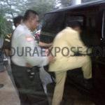 Kadis Pertanian Sampang saat digelandang petugas (Dok/maduraExpose.com)
