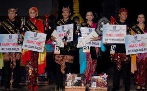 Pasangan Raka Raki Duta Wisata Jatim 2014 Briansyah asal Surabaya (tiga kanan) dan Shinta Novita Sari asal Madiun (tiga kiri) foto bersama didampingi wakil 1 dan favorit Raka Raki Duta Wisata Jatim 2014 saat setelah diumukan pemilihan pemanang Raka Raki Duta Wisata Jatim 2014 di di Taman Budaya Candra Wilwatikta, Pasuruan, Jatim, Sabtu (22/3) malam. Dalam acara tersebut diikuti oleh 37 pasang finalis Raka Raki Duta Wisata 2014 dari berbagai kota di seluruh Jatim, serta diisi dengan berbagai macam acara kesenian Jatim. (FOTO Adhitya Hendra/EI/14/edy)