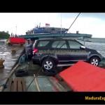 Miskin Transportasi Laut, Mobil Mewah diangkut Pakai Perahu