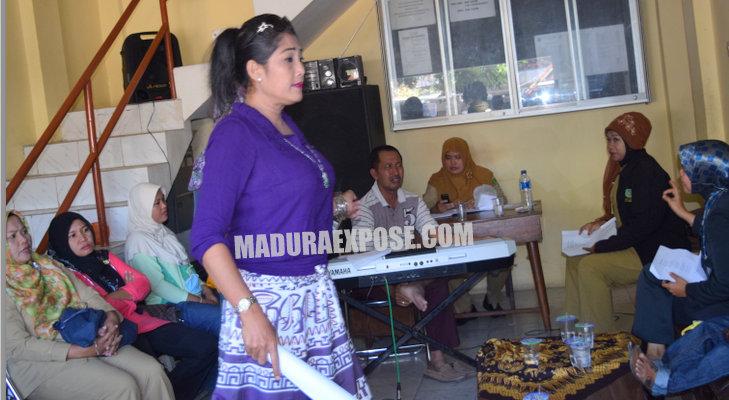 Wanita Kita: Sejumlah PNS ini tengah asyik latihan olah vocal beberapa hari sebelum puasa Ramadhan 1436 H. (Foto: Ferry Arbania)