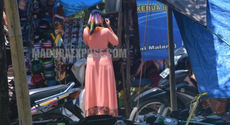 Deretan PKL di depan Kantor Kecamatan Ganding picu kemacetan parah jalan umum (Foto:Ferry Arbania/Maduraexpose.com)