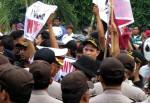 Jelang Rekapitulasi Suara, KPU Sumenep Dikepung Massa