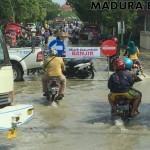 Diterjang Banjir, Pusat Pertokoan di Sampang Lumpuh