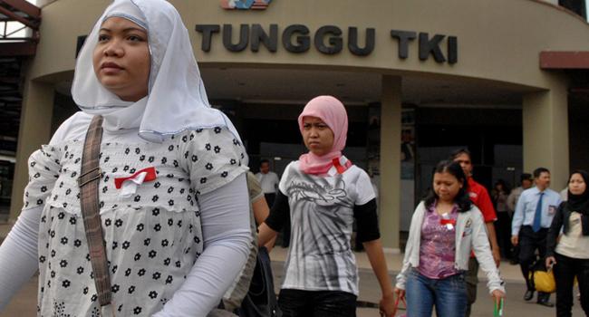 Sejumlah tenaga kerja Indonesia (TKI) bermasalah berjalan melintas di depan ruang tunggu saat tiba kembali di tanah air, di Bandara Soekarno-Hatta, Tangerang, Banten, Selasa (10/11). Pemerintah memulangkan sekitar 400 TKI bermasalah yang antara lain merupakan korban penyiksaan, belum menerima pembayaran, dan usia di bawah umur, dari sejumlah negara di Timur Tengah. FOTO ANTARA/Ismar Patrizki