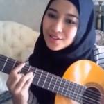 Gadis Cantik Berjilbab ini  Nyanyi sambil petik guitar sendiri
