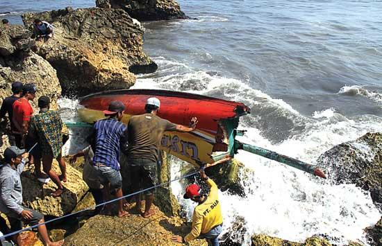 Ist.Perahu terbalik setelah terhempas ombak/Istimewa