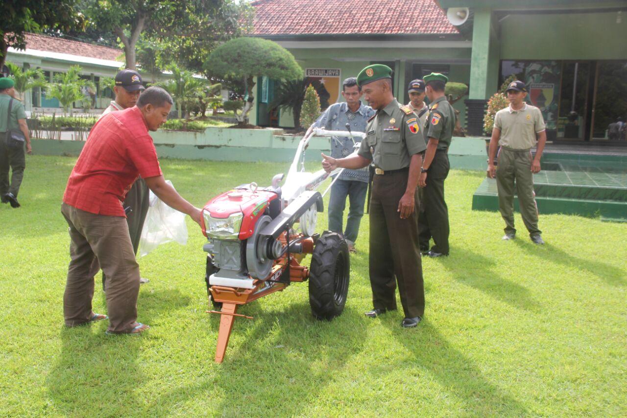 Kodim 0826/Pamekasan menyerahkan bantuan alsintan dari Kementrian Pertanian kepada 13 kecamatan perwakilan kelompok tani sebanayk 120 unit, bertempat di di Lapangan apel Makodim 0826 Pamekasan, Madura, Jawa Timur, pukul 08.10 WIB, Jum'at (01/4/ 2016) .