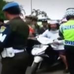 Video: Pria Bersorban Ini Marahi Polisi Lantas