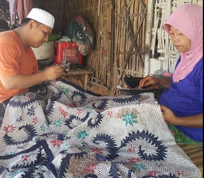 Bang Mail belajar membatik di Desa Larangan Badung, Pamekasan, Madura, Jawa Timur