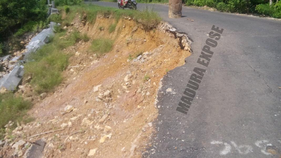 Jalan raya penguhubung di Desa Bragung (Kecamatan Guluk-Guluk) dan Desa Prancak (Kecamatan Pasongsongan) dalam keadaan rusak berat padahal baru digarap menjelang Pilkada Sumenep 9 Desember 2015 lalu [Dok.Madura Expose]