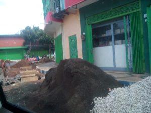 Inilah Tumpukan material proyek di jantung kota Sumenep dikeluhkan. [Dok.Maduraexpose.com]