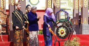 Menteri Sosial dan Bupati Sumenep dalam acara prosesi pelantikan Arya Wiraraja/Istimewa.