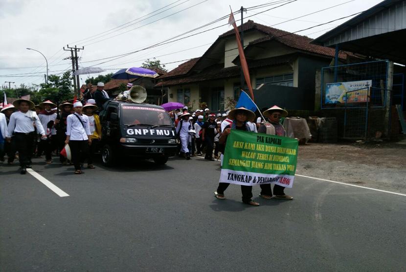Massa peserta aksi jalan kaki di Ciamis mulai bergerak pada Senin, (28/11) siang. Mereka menuntut penangkapan terhadap Basuki Tjahaja Purnama (Ahok). (FOTO : Republika/Rizky Suryarandika)