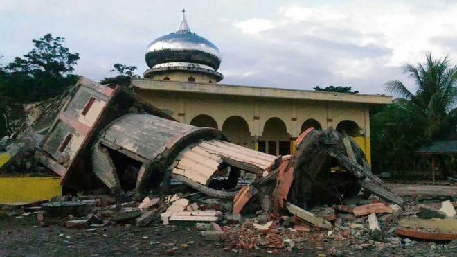 Image caption Banyak bangunan hancur, namun tak ada bahaya tsunami. [AFP/ZIAN MUTTAQIEN]