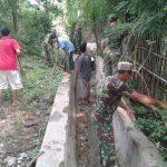 Antisipasi Banjir, Koramil Raas Bersihkan Saluran air Desa Brakas