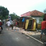 Truk  Bermuatan Keramik  Mengalami Kecelakaan Tunggal