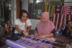 Sebanyak 30 Pelaku Usaha Wisata Sumenep Kunjungi Kampung Tenun Lombok NTB