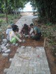 Babinsa Koramil 0827/05 Lenteng Bantu Pemasangan Paving Jalan Kampung