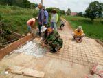 Babinsa Guluk-Guluk Adakan Kerja Bhakti Bangun Jembatan