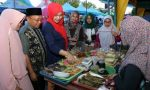 Bupati Sumenep Ajak Istri Kunjungi Stand Bazar Giling
