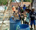 Babinsa Koramil 0827/21 Raas Bersama Warga Tonduk Timur Bangun Fasilitas Ibadah