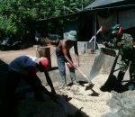 Babinsa Tanjung Saronggi Gotong Royong pengecoran Jalan Kampung