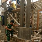 Babinsa Giligenting Koramil 0827/23 Peduli Gotong-royong Bantu Warganya