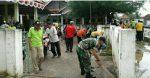 Koramil Kalianget bersama Masyarakat dan Aparat Desa Bersihkan Balai Desa