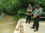 Prihatin Dengan Jembatan Yang Ambruk, Dandim Sumenep dan Ketua Persit (KCK) datangi Lokasi