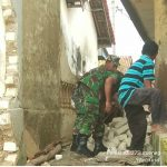 Anggota Koramil 10/Ambunten Bantu Warga Bersihkan Puing Puing Rumah
