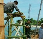 Pembangunan Infrastruktur Pelabuhan Tarebung Dibantu Babinsa 0827/23 Giligenting